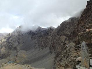 Vue nuageuse en dessous du sommet