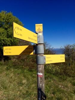 Signalisation d'un GR et panneau de direction et de kilométrage
