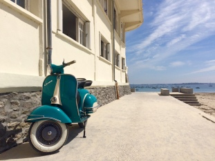 Vespa sur la plage de Saint Cast le Guildo