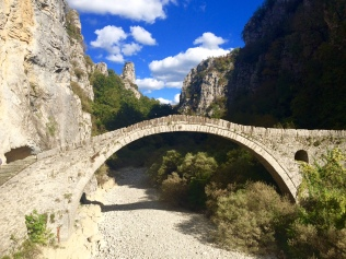 Un vieux pont en pierre