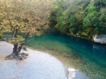 Petite plage à l'eau turqoise