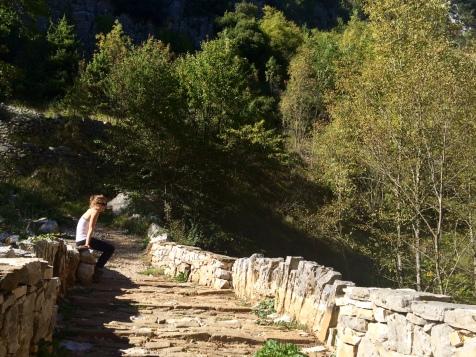 Sur un pont de pierre après le Skala de Vradeto
