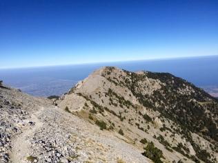 Le chemin des crêtes depuis Gortsia peu avant le passage Giosos, on voit au loin le Skourta