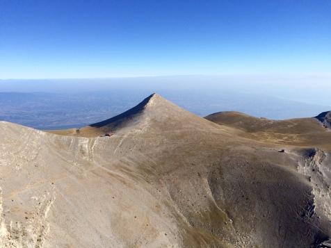 Vue sur les refuges C (Christos Kakalos) et SEO (Giosos Apostolidis) depuis le sommet Stéfani
