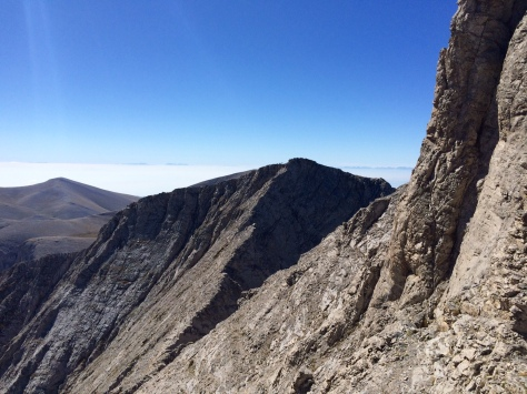 Vue sur l'arête du massif en pleine ascension