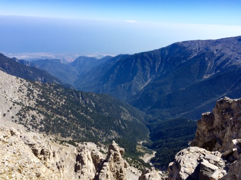 Vue sur la vallée et la mer depuis la voie vers le sommet