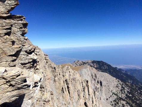 Vue vertigineuse sur le passage vers le sommet du Mytikas