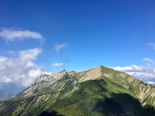 Vue sur les sommets environnants en montant vers la Pointe d'Arcalod