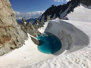 Lac turquoise sur le glacier du géant