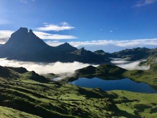 Vue sur le lac Gentau et le Pic de Midi d'Ossau en chemin vers le pic d'Ayous