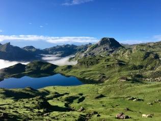 Vue sur le lac Gentau et le refuge d'Ayous