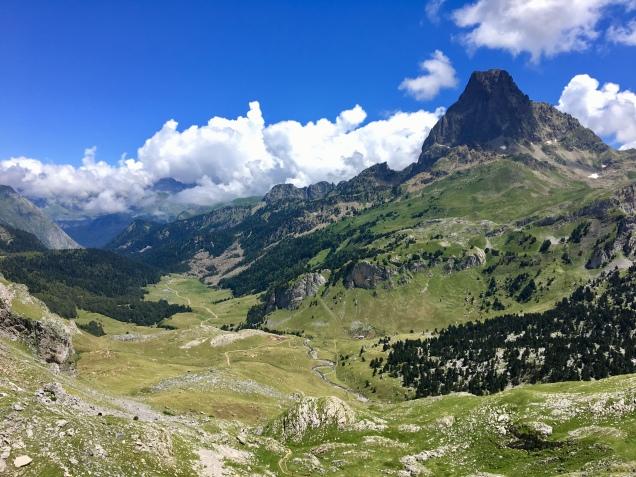 Vue sur le vallon et le Pic de Midi d'Ossau depuis le GR 108 en direction de la cabane de Cap de Pount