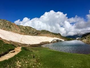 Névé et petit lac au col de Peyreget