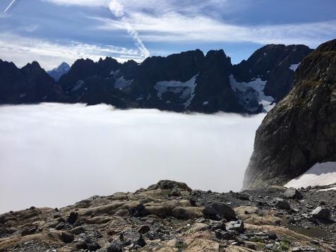 Vue sur l'Aiguille du Belvédère et l'Aiguille de Tête Plate au dessus des nuages