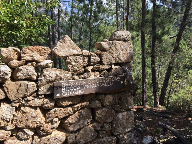 Sur le sentier en direction des ruines des bergeries de Bassitone et du refuge de Petra Piana