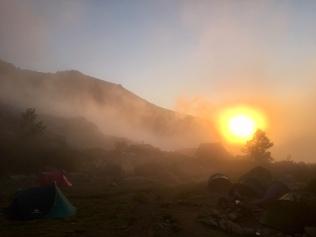 Lever de soleil brumeux au refuge de Petra Piana