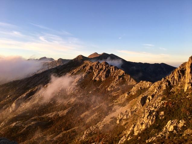 La montagne au lever du jour depuis le refuge de Petra Piana