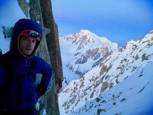 Dans les rappels du couloir Whymper avec au loin le Mont Blanc