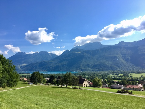 Vue sur la Tournette, le lac d'Annecy et le col de la Forclaz depuis Lathuile