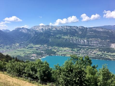 Vue sur le lac d'Annecy depuis le col de la Forclaz