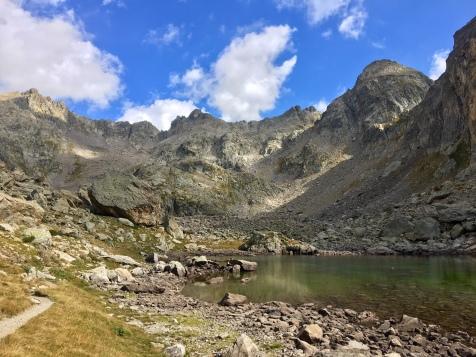 Le lac Niré et au loin la Baisse du Basto