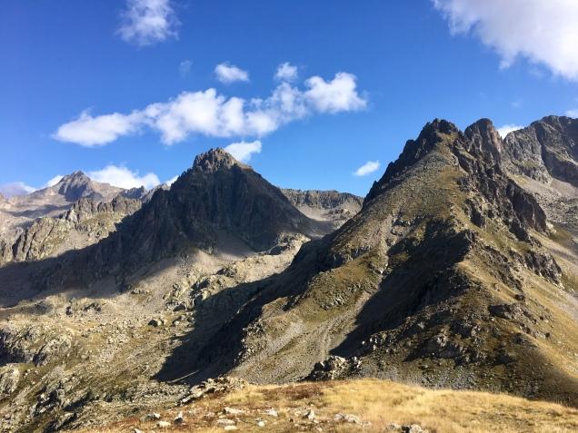 Vue sur les sommets de Mercantour depuis la baisse des Cinq lacs