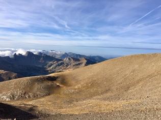 Paysage désertique en montant au Mont Pelat au loin le lac d'Allos