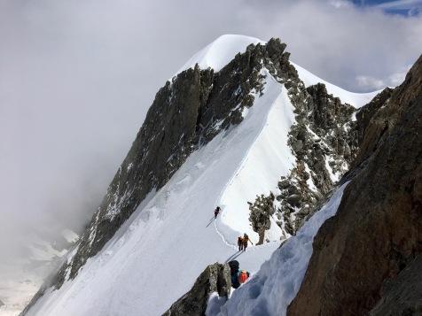 Sur le fil en direction du sommet de l'Aiguille Blanche de Peuterey