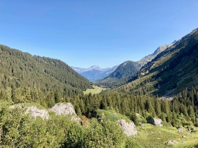 Sur le Tour du Mont Blanc - vue sur la vallée depuis le refuge de la Balme