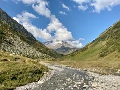 Sur le Tour du Mont Blanc - vue sur la vallée et le torrent des Glaciers
