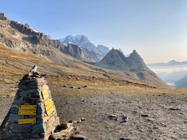 Sur le Tour du Mont Blanc - vue sur le versant italien du Mont Blanc depuis le col de la Seigne