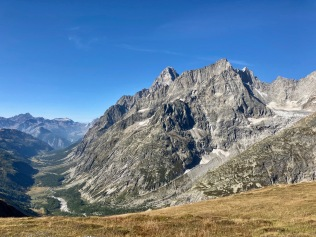 Sur le Tour du Mont Blanc - vue sur le Val Ferret en montant au Grand col Ferret
