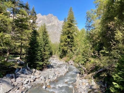 Sur le Tour du Mont Blanc - en direction de Champex en suivant la Drance de Ferret