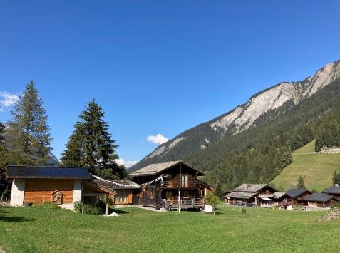 Sur le Tour du Mont Blanc - chalets Suisse en direction de Champex