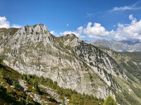 Sur le Tour du Mont Blanc - vue sur la Croix de Fer en direction du col de Balme