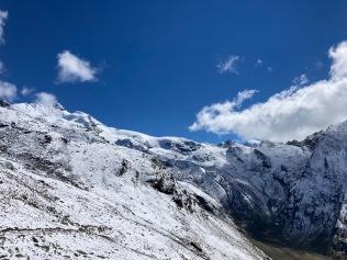 Les paysages enneigés sur le sentier d'approche de l'Alphubel