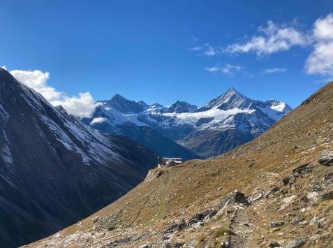 Vue sur la cabane de Tasch ou Taschhütte depuis le sentier d'approche de l'Alphubel