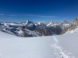 Vue sur le Cervin depuis le glacier au niveau de Vue sur les sommets depuis le sommet de l'Alphubeljoch